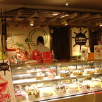 3F的蛋糕店,一直是排隊中。