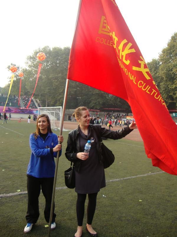 Les deux fran�aises sous le drapeau de notre d�partement