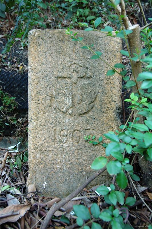 海軍界石位於皇后大道東與司徒拔道交界附近山邊花槽