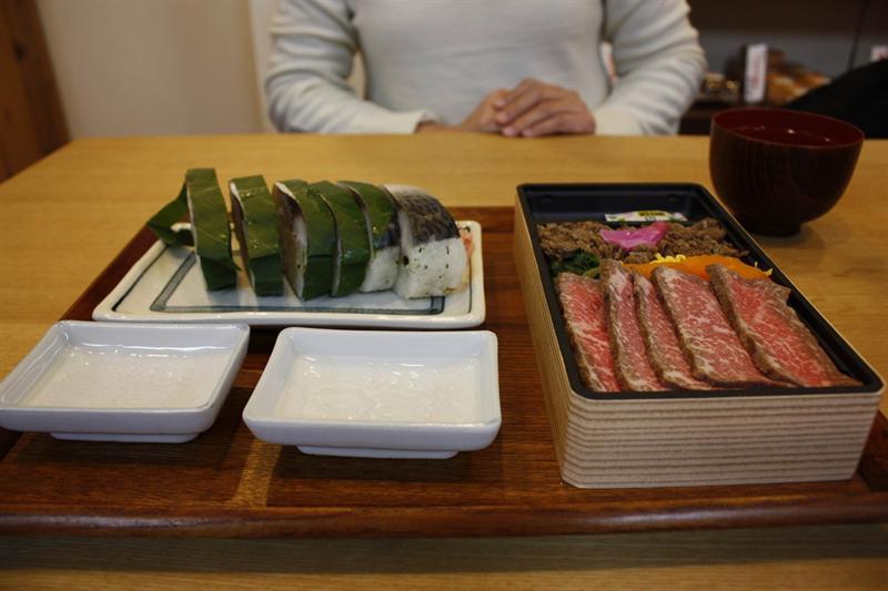 晚餐 : 我的飛驒牛便當和老婆的鯖魚壽司