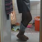 这个就是我花了12.99欧买的靴子~~还可以吧~~底比较好,防滑~~不怕雪~~但是因为不是皮的,所以下雨会湿~如果一直在很厚的雪地里也会湿掉~~