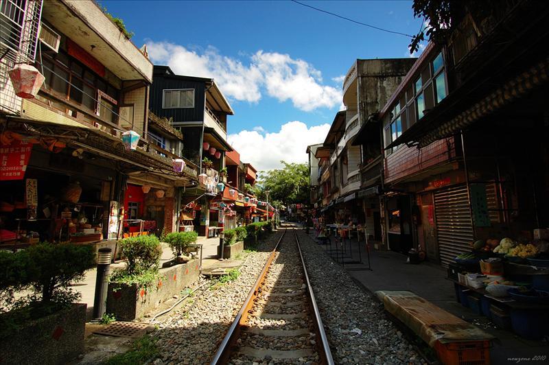 民宅緊鄰著鐵道兩側興建的十分老街 Shi Fen Old Street