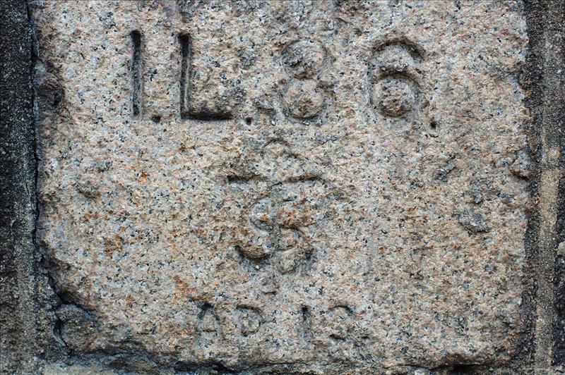 位於皇后大道東馬路邊刻有1L86內地段、 AD13 ge 編號及船錨標誌的界石