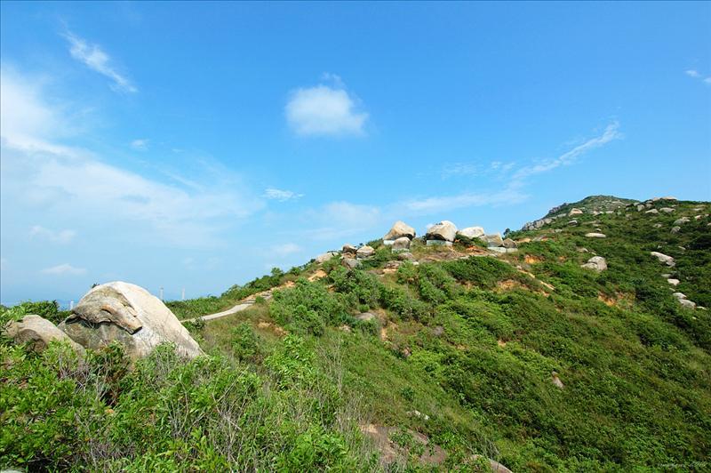 山徑旁有兩個二次大戰遺留的防空洞