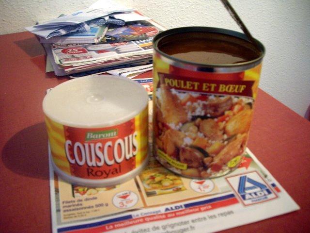 COUSCOUS,一種粗麥粒,和調理罐頭一起賣