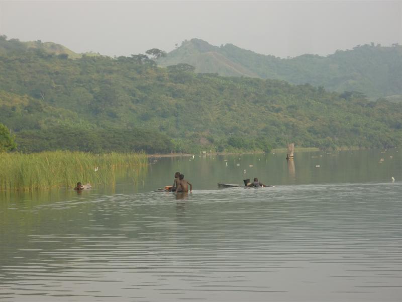 Lake Bosumtwi - kinder beim fischen