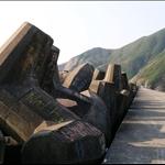 DSCN0001東壩 防波堤上的錨形石.jpg