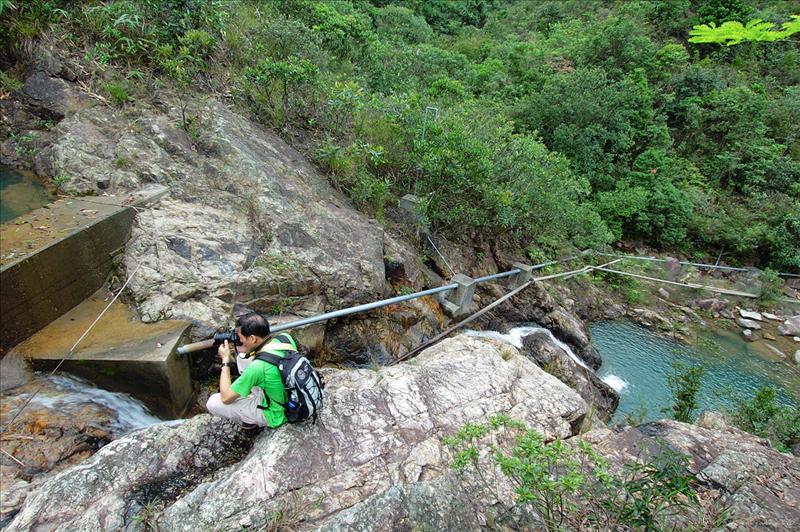 瀑頂石堤下望小潭