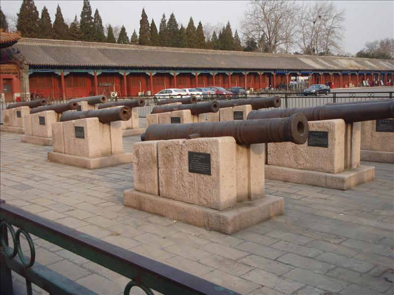 cannons, with explanation in Chinese only, forbidden palace