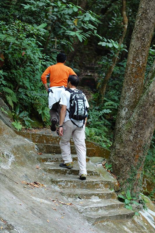 沿中峽道15號旁邊的梯級小路上山 Going up the stone steps from No. 15 Middle Gap Roa
