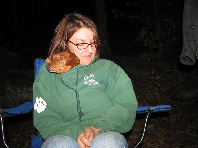 daarna chillen bij kampvuur met sara en hondje