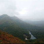 屏風山及山下的鶴藪水塘