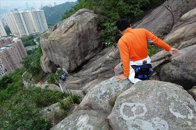 沿大石坡爬落渣甸山北架空引水道水渠