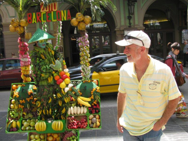 David chats to the fruit man on the Rambla ....