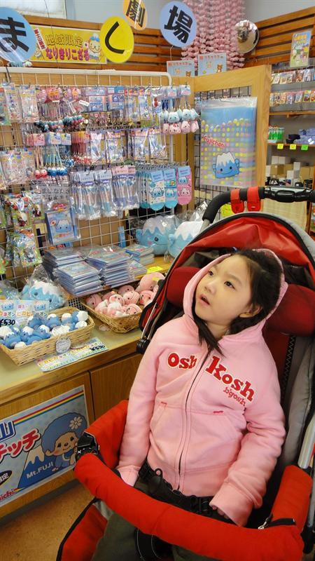 小米陪媽媽逛賣店