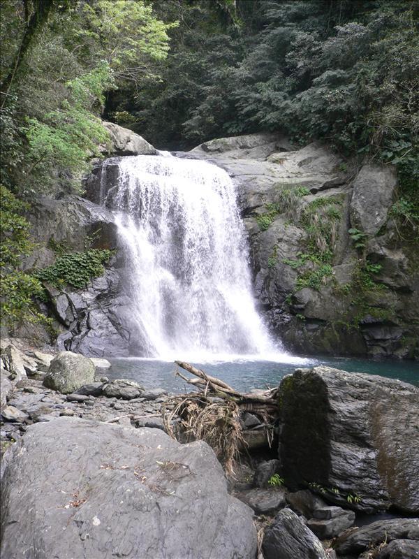 最上層瀑布水量也小很多