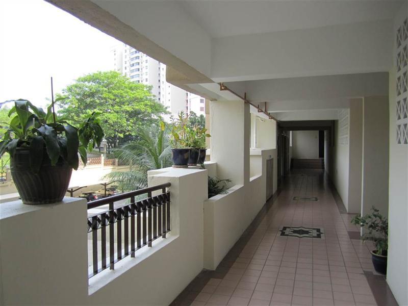 korytarz w bloku prowadzący do mieszkania