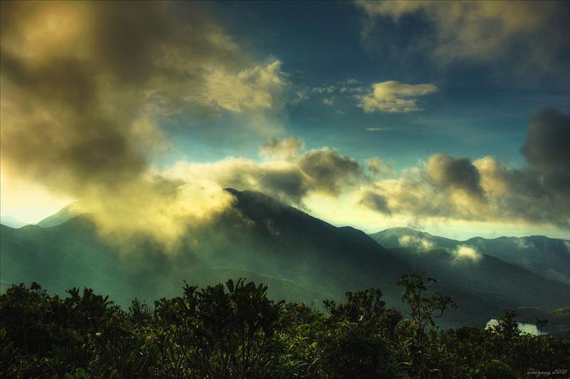被雲層所覆蓋的柏架山