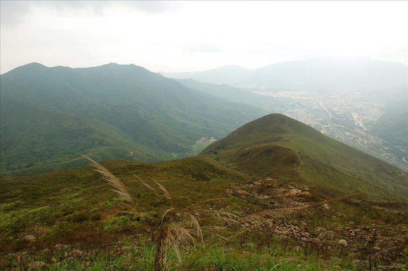 西南面的九龍坑山及遠處的大帽山