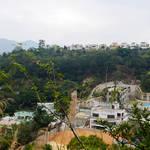 眺望附近山頭的豪宅