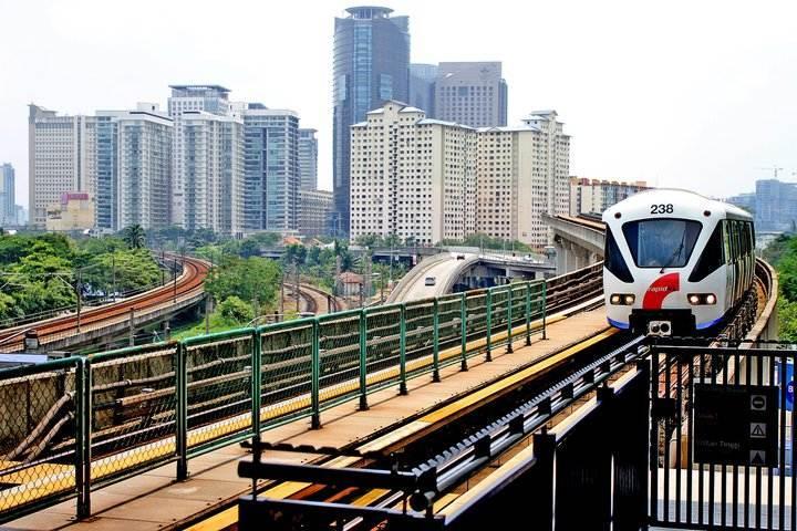 pociąg miejski przejezdzajacy na wysokosci srednio 3 piętra