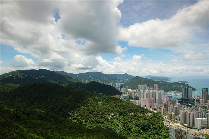 可細賞港島南部田灣山、香港仔水塘、班納山、南朗山、金馬倫山及聶高信山等等的景色