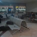 ที่นอนคืนแรกของเรา นอนที่สนามบินครับ T_T