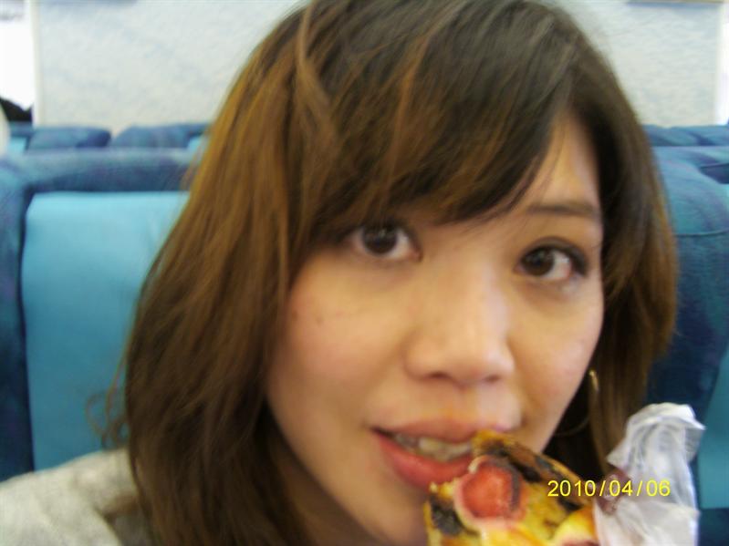 很餓!上飛機馬上拿出在銀座買ㄉ草莓派解饞