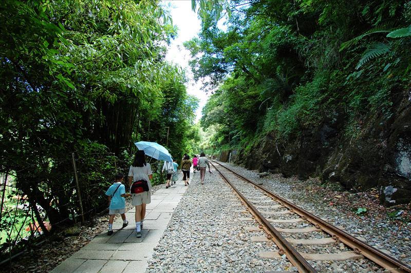 沿著平溪線的鐵軌旁的步道走至十分瀑布風景區