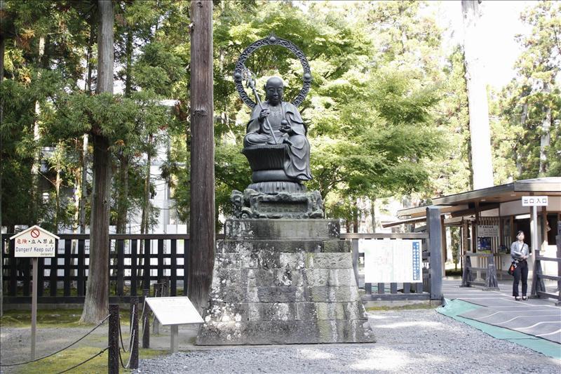 瑞巖寺庭園內的佛像