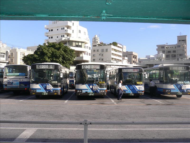 公車總站停車場一字排開的公車