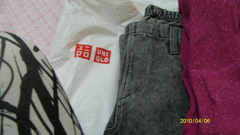 uniqlo買ㄉ很花俏ㄉ內搭褲及顏色很跳ㄉ襪襪