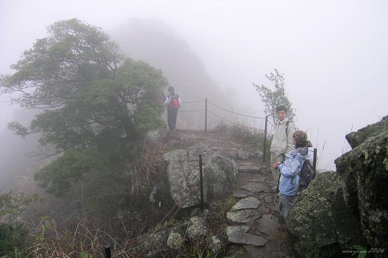 The ascent is narrow and hazardous, with dizzying escarpments on both sides 兩邊都係危崖