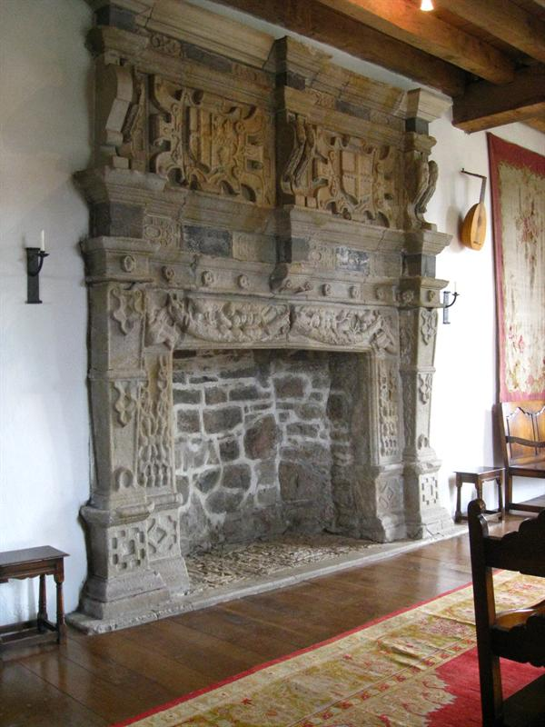 The details carved into the fireplace represent Scotland & the British king