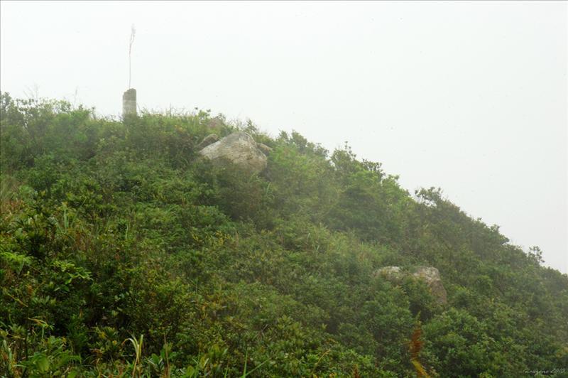 金馬倫山(蜈蚣嶺)山頂破舊的測量墩410公尺At the summit of Mount Cameron
