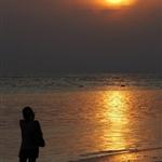 อันนี้เป็นวันที่สอง คือวันแรกที่มาถึงเกาะ มันเป็นวันเดย์ทริปของแพ็คเกจเรือ ก็เลยไม่ค่อยได้ถ่ายรูปเท่าไหร่  อันนี้พระอาทิตย์ขึ้นวันที่สองบนเกาะ (พระอาทิตย์ขึ้นหน้าหาดเลยจ้า)