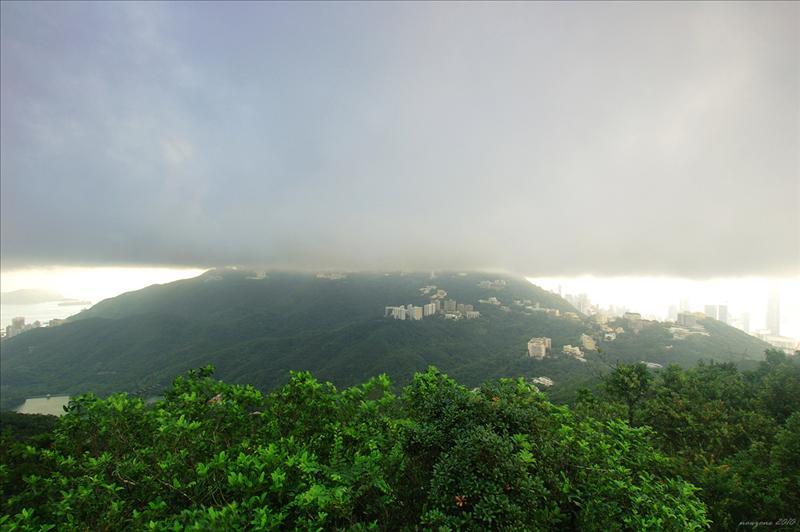 仍有厚厚的積雲飄過西面的奇力山