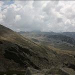 След изкачване на билото се открива гледка в другата посока. Вляво, билото, по което върви пътеката за з. Тевно езеро. В далечината Каменица.