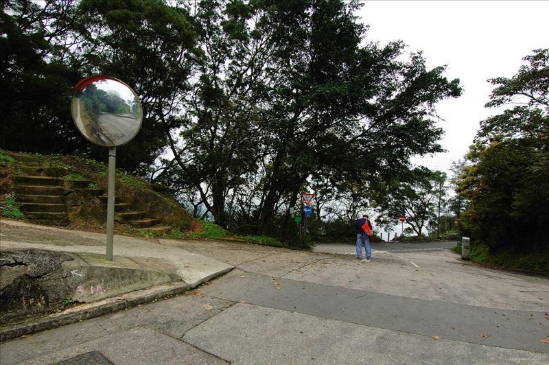 古道出口是吊草岩的車路交匯處