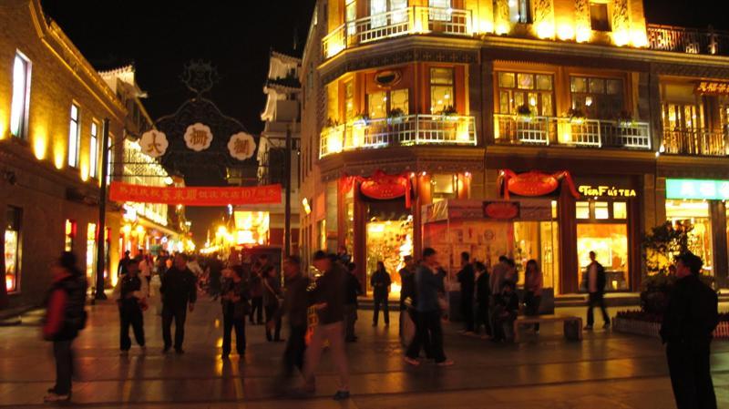 """"""" Front Gate"""" street (前 門 街 夜 市 ) at night."""