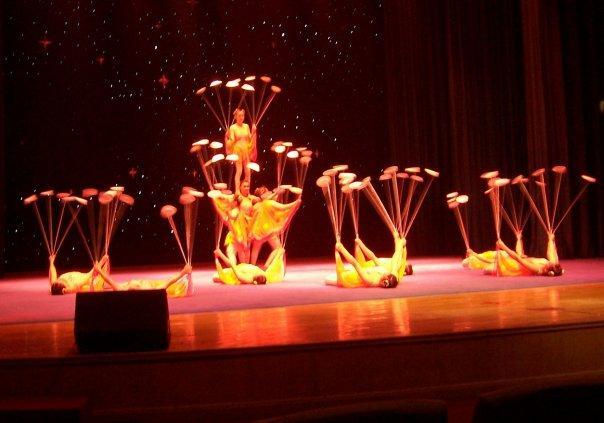 ACROBATIC DISPLAY - BALANCING PLATES