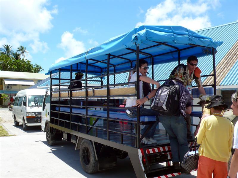 全島找不到大客車,暫時充當貨物