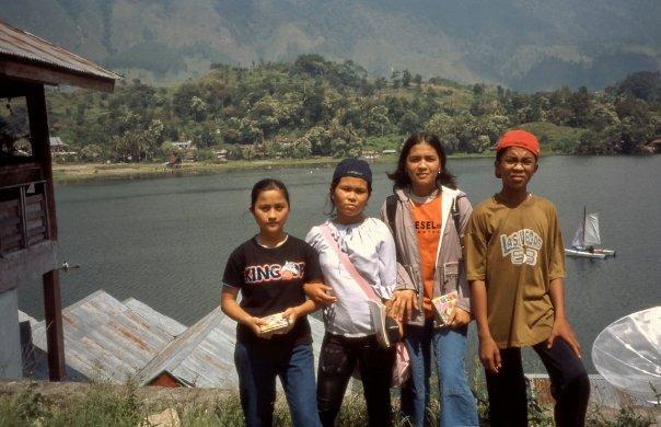 CHILDREN, TUK TUK, SAMOSIR, DANAU TOBA, SUMATRA, INDONESIA