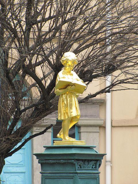 Goldenes Lesemaedchen