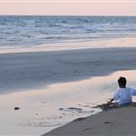พระอาทิตย์ใกล้ตก เด็กน้อยเล่นทราย