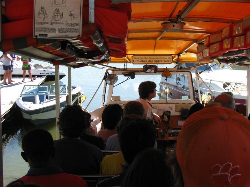 later op de dag zijn we met een amfibievoertuig door de stad gereden