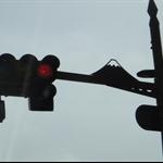 紅路燈上也不忘有富士山