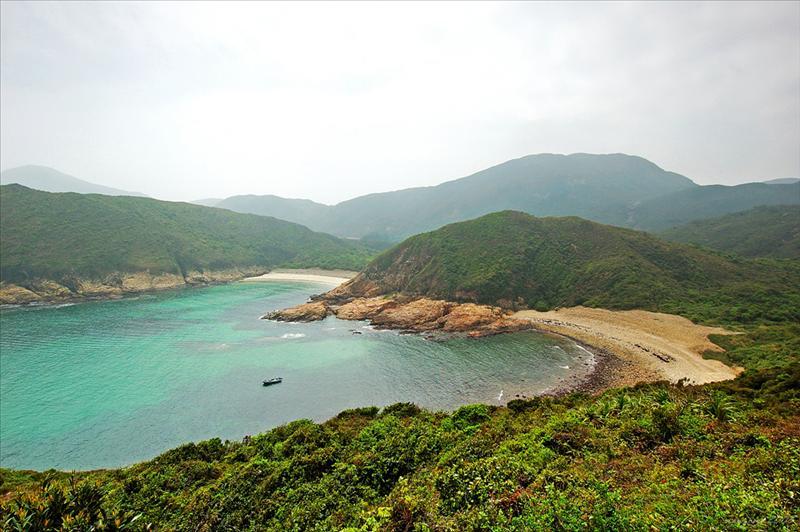 左邊白臘仔灘及右邊的七重石灘