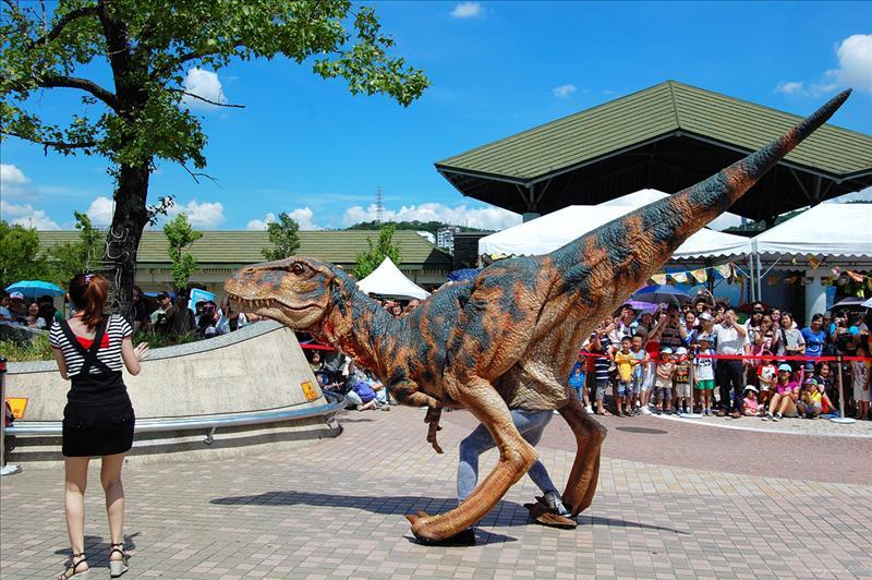 會咆哮和噴鼻息的恐龍出現在動物園後一起快閃