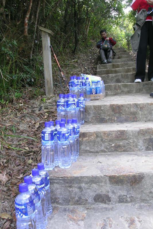 Go up the stone steps to the Twins 這就是千幾級0既天梯上孖崗山